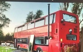 Photo of Penzionisani par pretvara londonski autobus u kuću